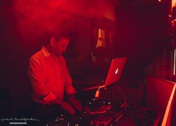 Znany DJ Paweł Wacławik